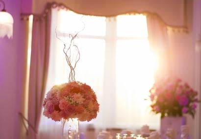 Fuksjowy wystrój sali weselnej